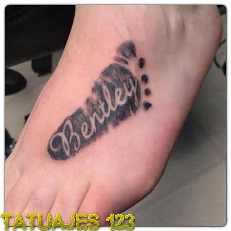 huella de pie y nombre tatuajes 123