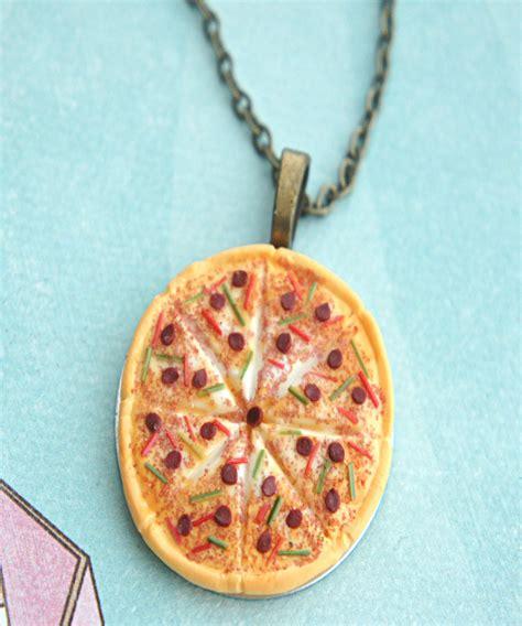 pizza necklace on luulla