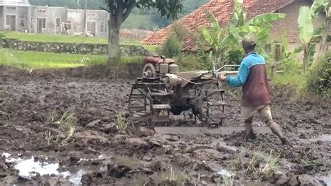 Mesin Traktor membajak sawah dengan mesin traktor 22 01 2017 bag 1
