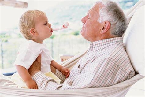 abuelos en el toylet los ni 241 os que crecen con sus abuelos son m 225 s felices