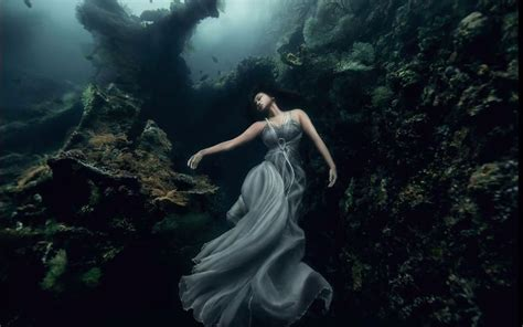 imagenes artisticas sublimes models dive 25 meters to an underwater shipwreck in bali