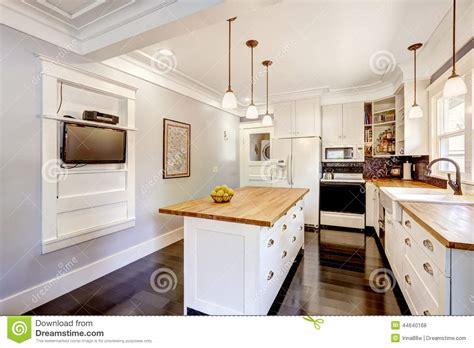 Ikea Kitchen Designers cocina blanca con la isla de la encimera y la tv de madera