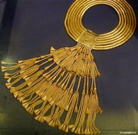 Gold collar necklace: from the treasure of the royal tombs