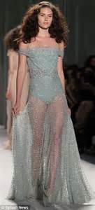 Catwalk To Carpet Fergie In Packham by Packham S Covered Gowns Make A Statement At