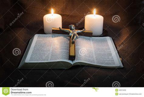 libro dos velas para el biblia crucifijo y dos velas foto de archivo imagen 43913430