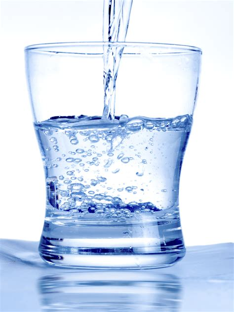 bicchieri d acqua il potere dell acqua tra benessere e sprechi parole a