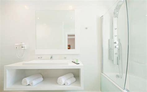all white bathrooms ideas gifvrij de badkamer schoonmaken 187 de voedzame keuken