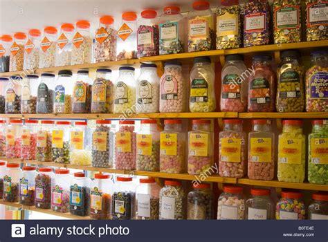 scaffali in inglese vasi di caramelle sugli scaffali in inglese tradizionale