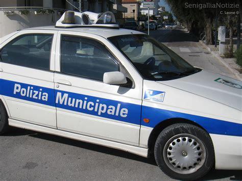 polizia municipale porto recanati tona un auto famigliola investita a porto recanati