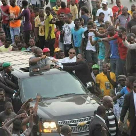 crowd welcomes ifeanyi ubah as he arrives nnewi (photos