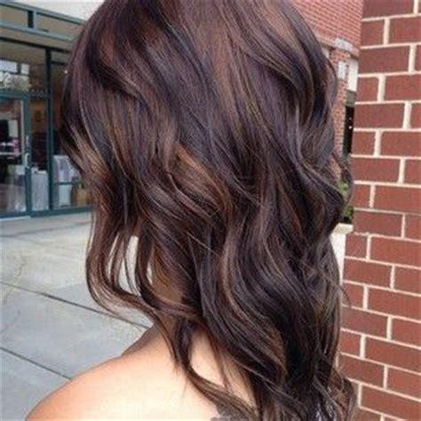 ciemny brąz z karmelowymi refleksami dodaj włosom trochę