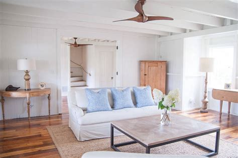 living room beach cottage with wood flooring and sloped ceiling frente al calor 191 ventiladores de techo o aire