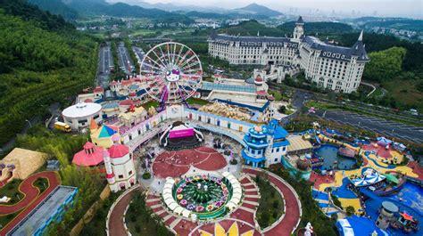 worlds largest  kitty theme park opens  china