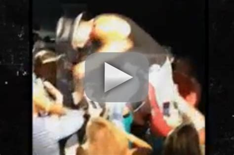tim mcgraw fan tim mcgraw slaps in during concert why