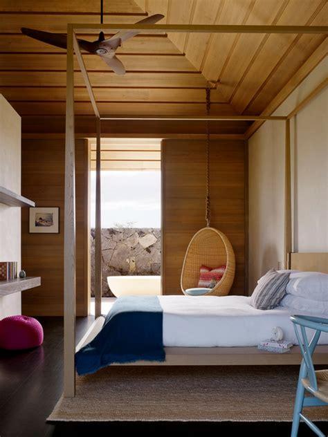 Supérieur Cuisine Au Milieu De La Piece #4: fauteuil-suspendu-chambre-à-coucher-phénoménale-plafond-en-bois.jpg