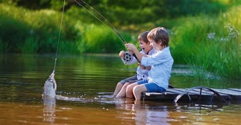 lenfant et la rivire b00bauj0cs un enfant joue avec une raie manta
