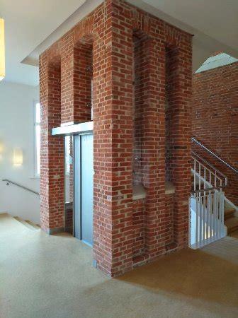 treppenhaus mit aufzug der moderne aufzug im treppenhaus bild navigare
