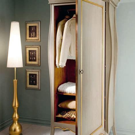 armadio a un anta armadio a un anta in legno artigianale con ripiani