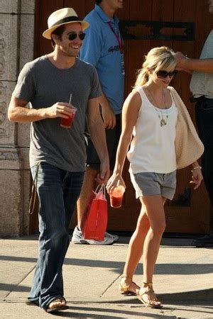 Reese Jakes Cuddly Walk With Bottega Veneta by Reese Witherspoon And Jake Gyllenhaal Walking In Venice