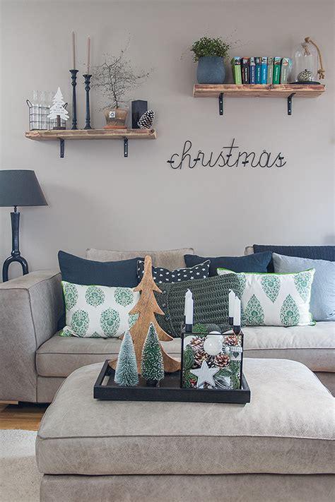 wohnzimmer weihnachtlich dekorieren glaskasten weihnachtlich dekoriert mit zapfen und kugeln