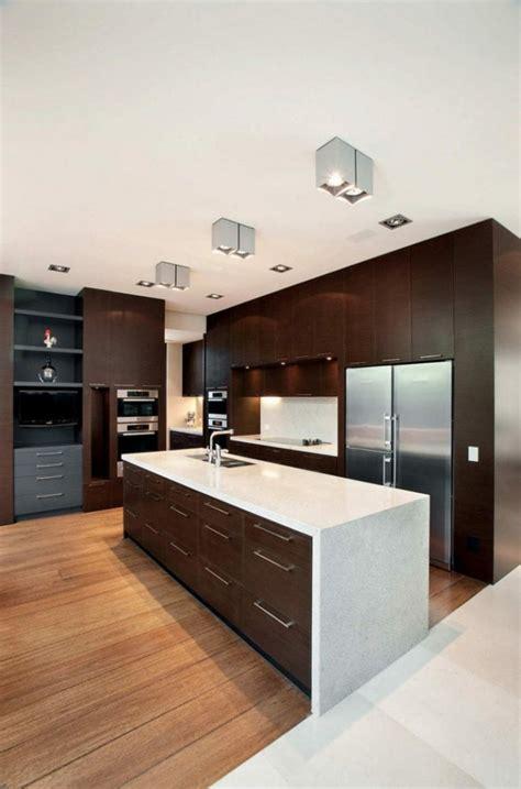 cuisine fonc馥 image de cuisine en bois sombre avec plan de travail blanc