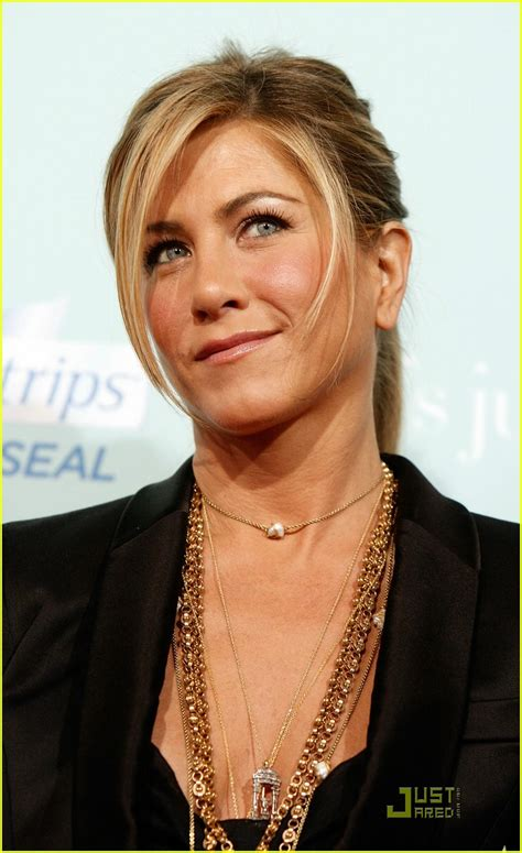 Sued Aniston Photo by Aniston Premieres He S Just Not That Into You