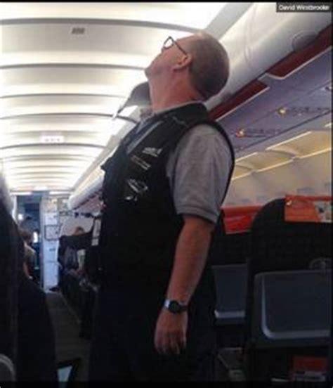 interno aereo easyjet volo londra napoli pauroso vuoto d atterraggio