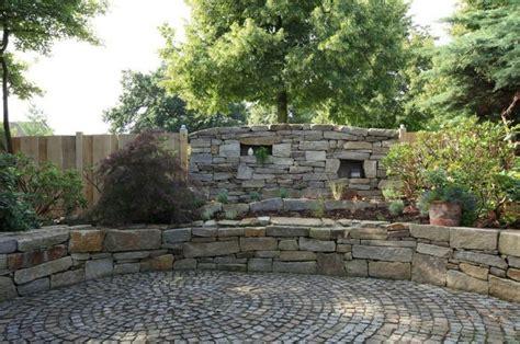 steinmauer mediterran steinmauer garten mediterran kunstrasen garten