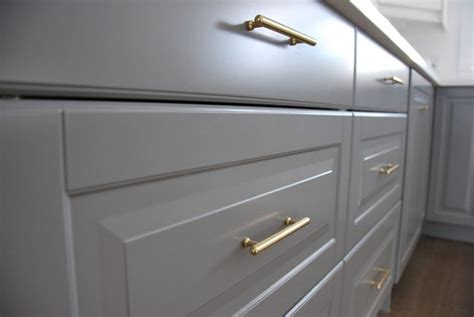 Installing Handles On Kitchen Cabinets by How To Choose And Install Gold Hardware Pulls In Your