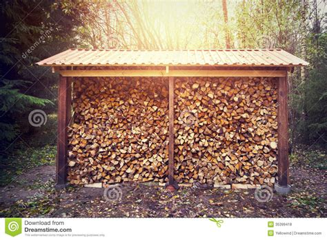chauffage hangar bois de chauffage empil 233 dans le hangar photo stock