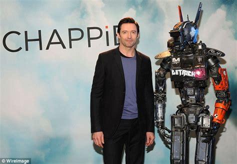 film robot avec hugh jackman hugh jackman poses with robot to promote sci fi film