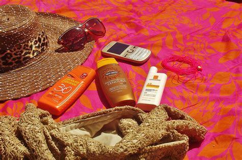 cosa portare in vacanza al mare tutti al mare cosa portare in spiaggia hostelbookers