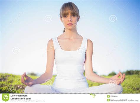 imagenes haciendo yoga mujer joven natural que se relaja haciendo yoga imagen de