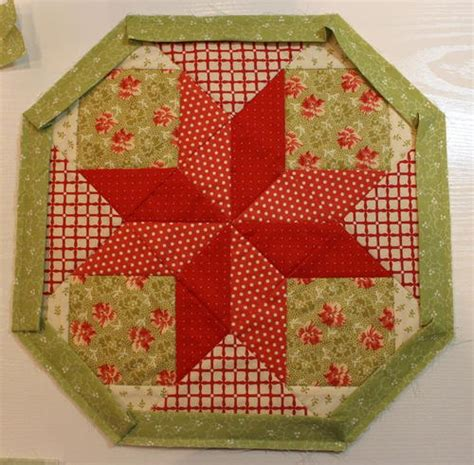 patterns quilted christmas table toppers christmas hexie table topper favequilts com