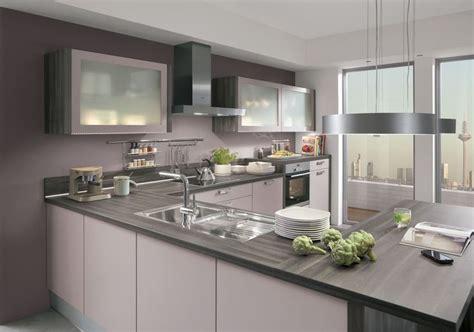 cuisine en forme de l l alliance parfaite du violet pastel et du gris platine