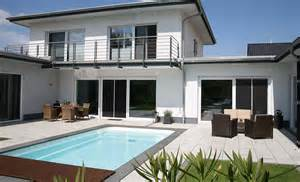 haus mit pool modernes wohnen am wasser pool magazin