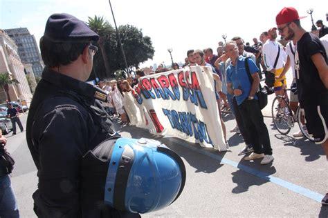 prefettura di napoli sede legale ilva renzi a taranto manifestanti cercano entrare