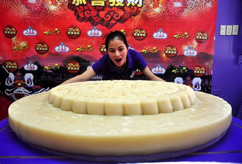 new year food mooncakes large mooncake readied for new year photos gma