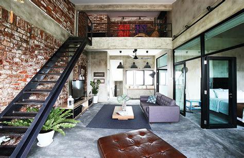 industrial style loft estrichboden und unverputzte ziegelwand mit metalltreppe