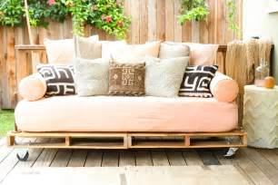 Diy Daybed From Pallets How To Build A Pallet Daybed Pretty Prudent
