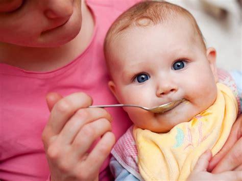 alimentazione 6 mesi neonato svezzamento a 6 mesi la prima pappa bimbi sani e belli