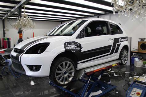 Avery Folie Schwarz Glanz by Ford Fiesta In Weiss Glanz Mit Rallye Design Nato Oliv
