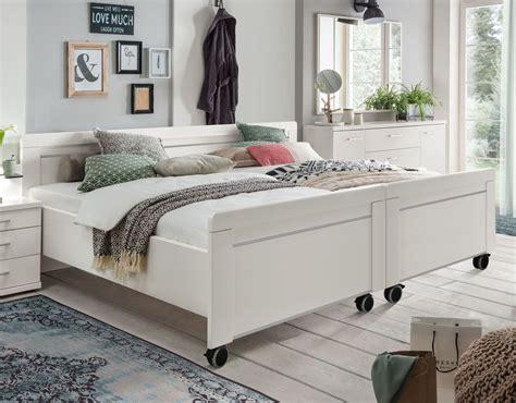 senioren schlafzimmer mit doppelbett wei 223 es senioren doppelbett in komforth 246 he mit rollen