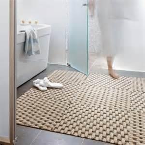 Beautiful Sol Pour Salle De Bain #1: Tapis-de-bain-ikea-pour-la-salle-de-bain-avec-carrelage-gris.jpg
