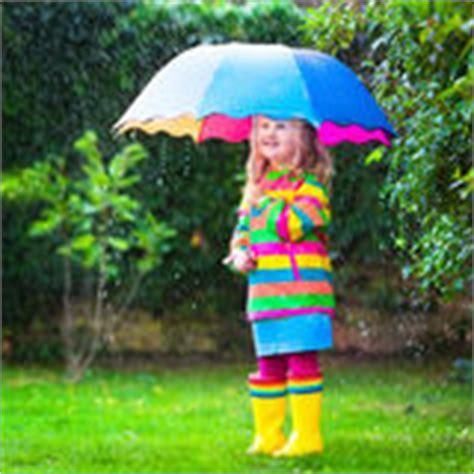 M Dchen Unter Dusche Im Garten Stockfoto Bild