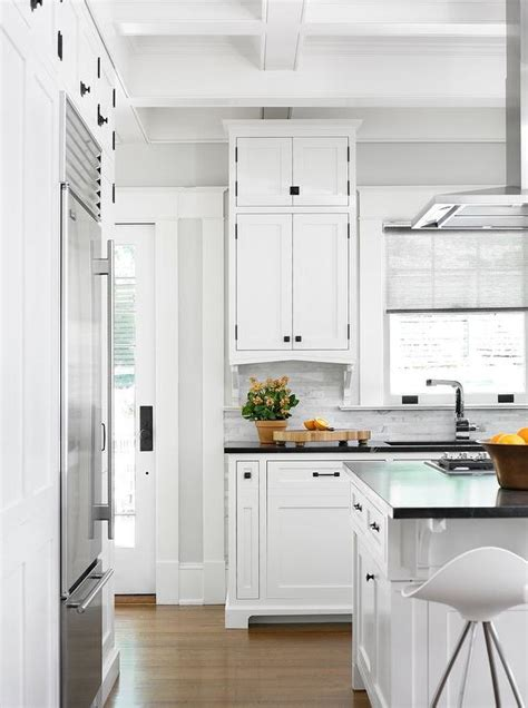 White Kitchen Cabinets With Rubbed Bronze Hardware by White Shaker Cabinets With Rubbed Bronze Pulls