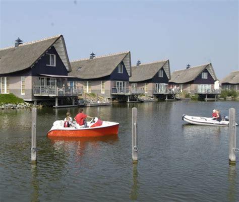 bootje friesland vakantiehuisje aan het water in friesland