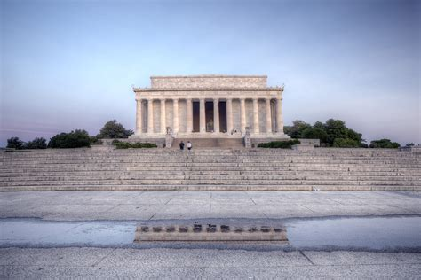 where is the lincoln memorial located in washington dc lincoln memorial vandalized memes
