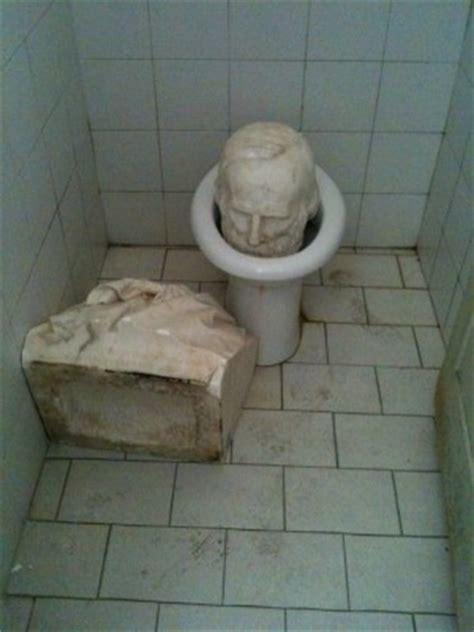 testa nel cesso fincantieri rabbia operaia distrutte due statue di