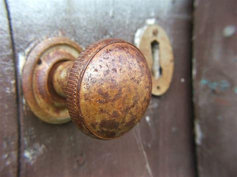 como cambiar el pomo de la puerta trucos de bricolaje